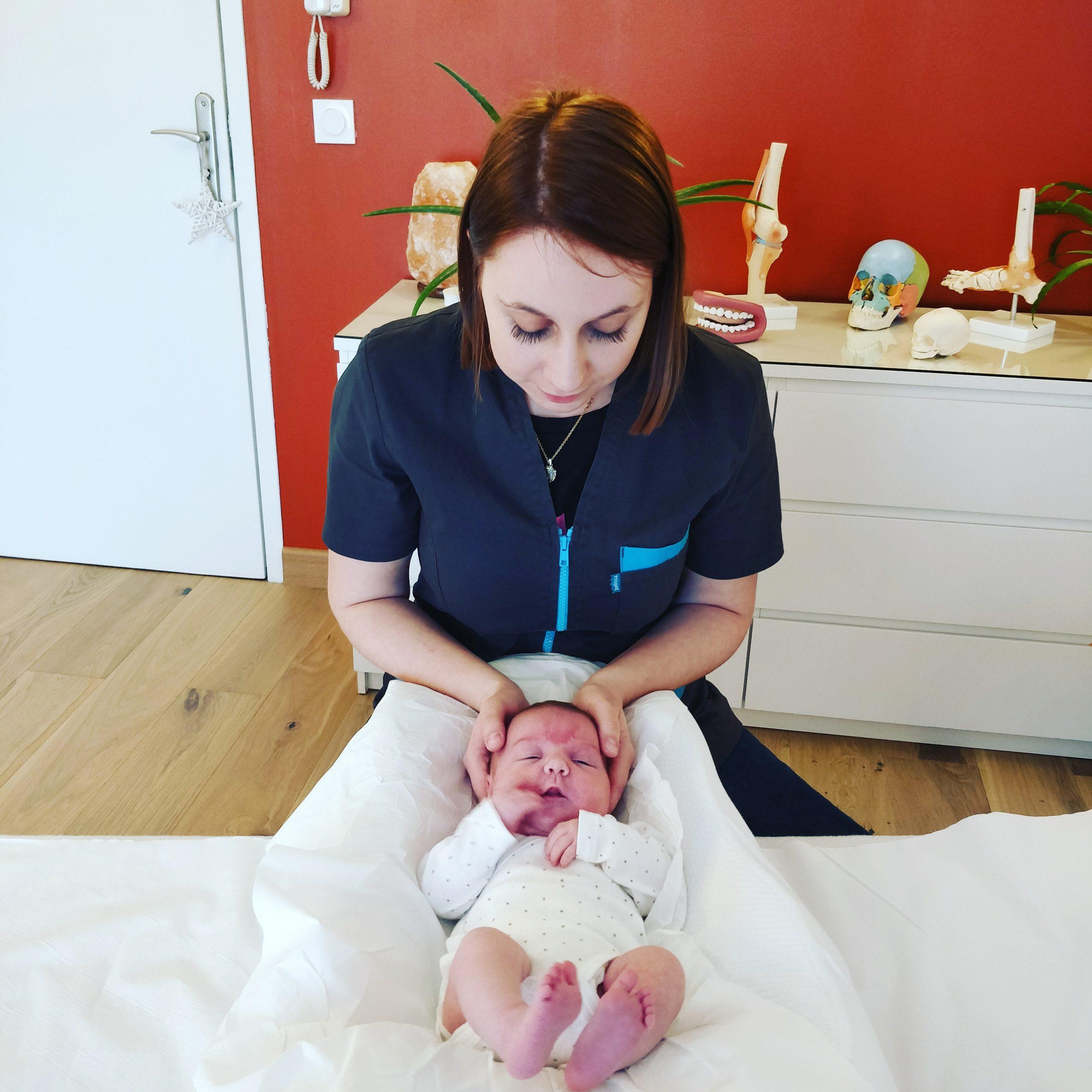 Coralie Litzler pratique sur un nourrisson